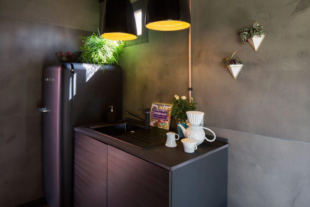 so wird eine gartenlaube zur luxus unterkunft dunkle w nde und skandinavische m bel landhaus look. Black Bedroom Furniture Sets. Home Design Ideas