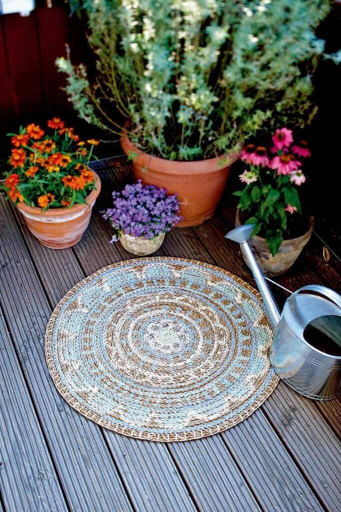 Chalky Chic: Flechtteppich Mandala bemalt mit Kreidefarben