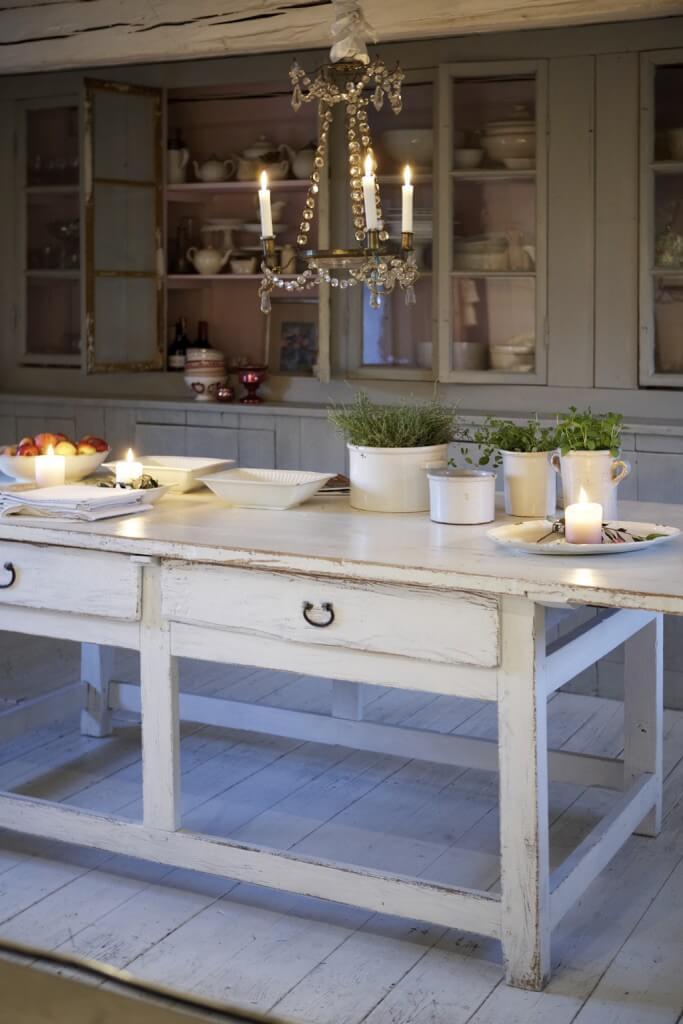 Das Bild zeigt einen alten Küchentisch in einer Landhausküche