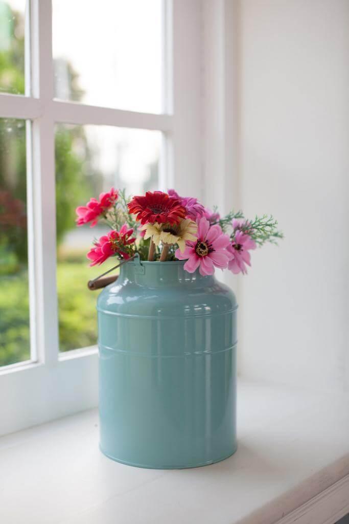 Eine alte Milchkanne wird mit neuer Farbe zur Blumenvase im Landhausstil