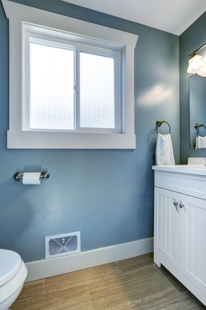 Badezimmer in den maritimen Farben der Hamptons