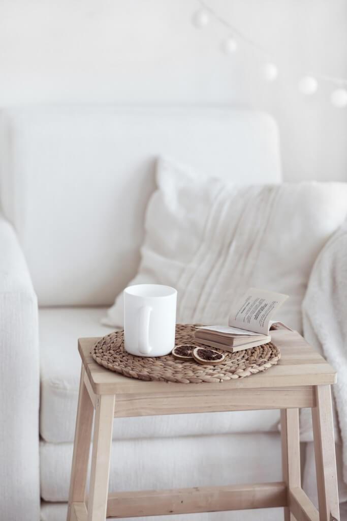 weißer Sessel skandinavischer Landhaus Stil
