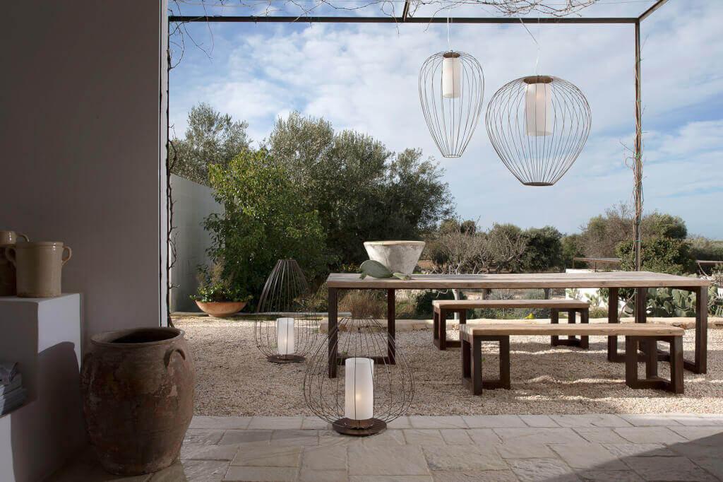 Gartenbeleuchtung Landhausstil : Die Außenleuchte Cell in moderner Cage-Optik erinnert an aufsteigende Papierlaternen