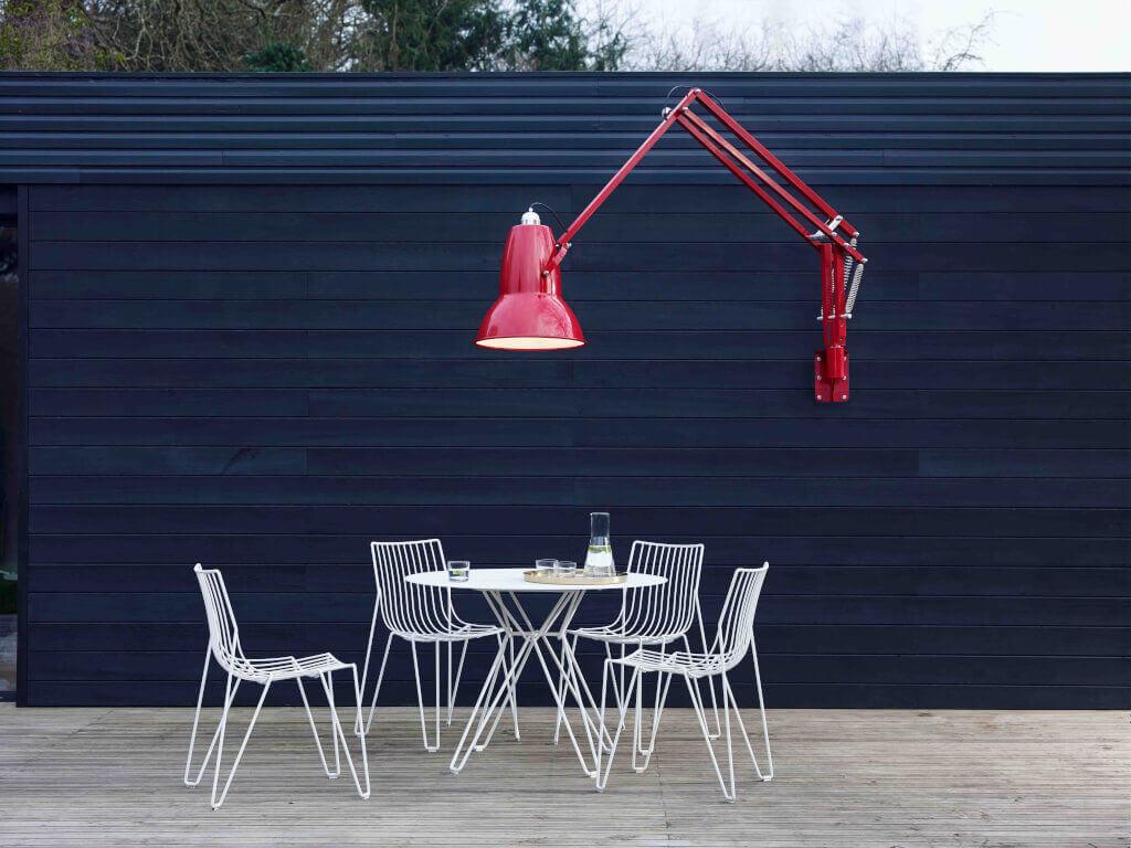 Gartenbeleuchtung Landhausstil : Die LED-Wandlampe Original 1227 Giant ist prädestiniert für den Außeneinsatz: Sie besteht aus rostfreiem Stahl, Aluminium und einem mit Silikon ummantelten Kabel.