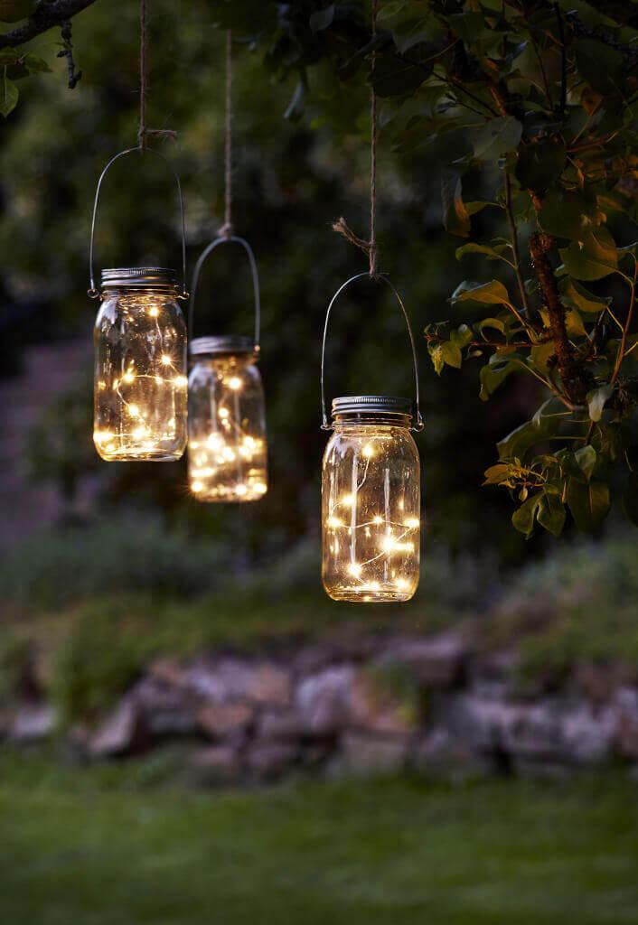 Gartenbeleuchtung Landhausstil : Die batteriebetriebe Solarleuchte Jamjar lässt sich mit ihrem Bügel an jeden Baum oder Sonnenschirm hängen.