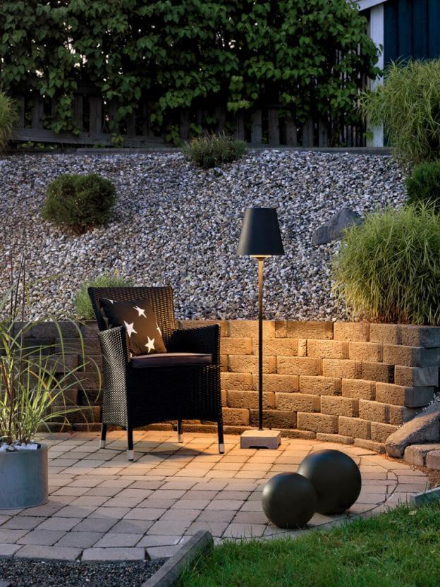 Gartenbeleuchtung Landhausstil : Die Terrassenleuchte Lucca kann auf festem Boden aufgestellt werden. Auf dem Rasen findet sie mit Erdspieß Halt.