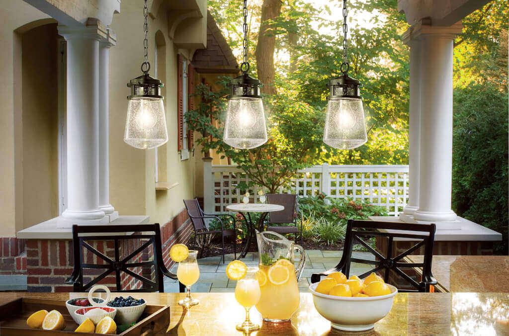 Gartenbeleuchtung Landhausstil Industrielles Flair mit Kohlefadenoptik bietet die Pendelleuchte Lyndon.