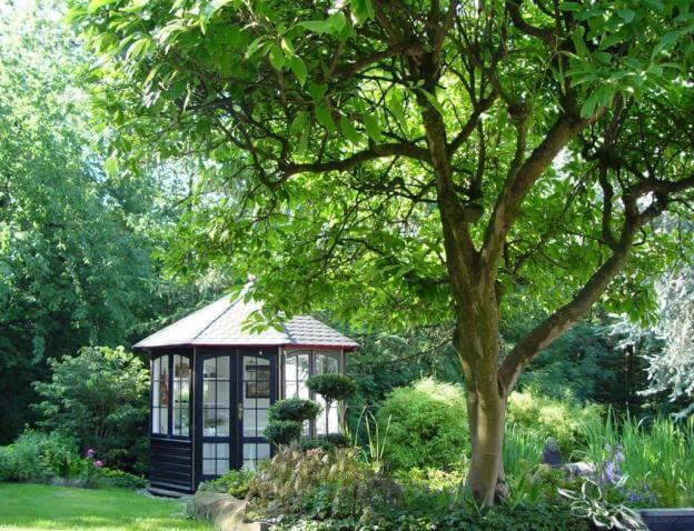 Pavillon im Garten bietet Schutz vor Sonne und Regen