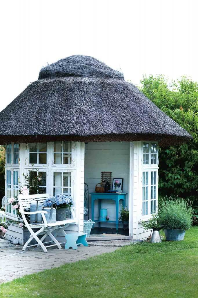 Weißes Teehaus mit Reetdach