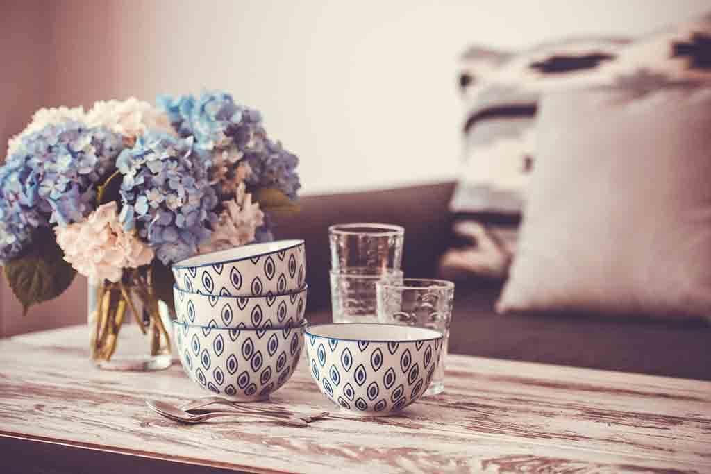 Dekoration im Landhausstil mit Hortensien in Rosa und Blau