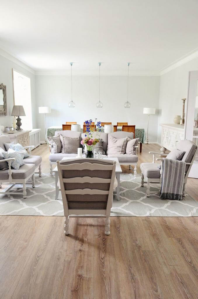Brocante trifft auf traditionellen Landhausstil in Weiß und Grau