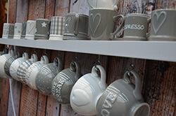 Schöne Dekoidee: Tassen am Haken statt im Schrank @ Foto: Siegbert Mattheis