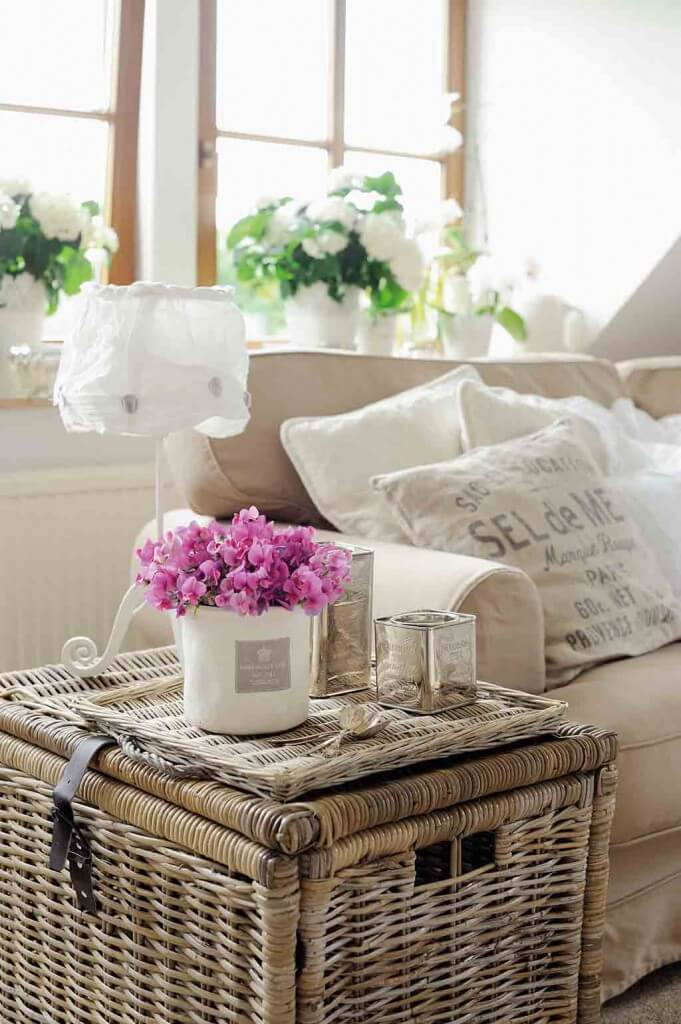 Ein Weidenkorb ist der perfekte Beistelltisch und bietet gleichzeitig Stauraum