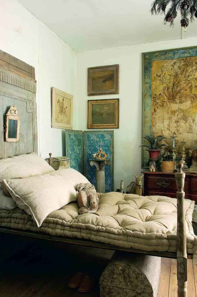 Ein Bett im französischen Landhausstil