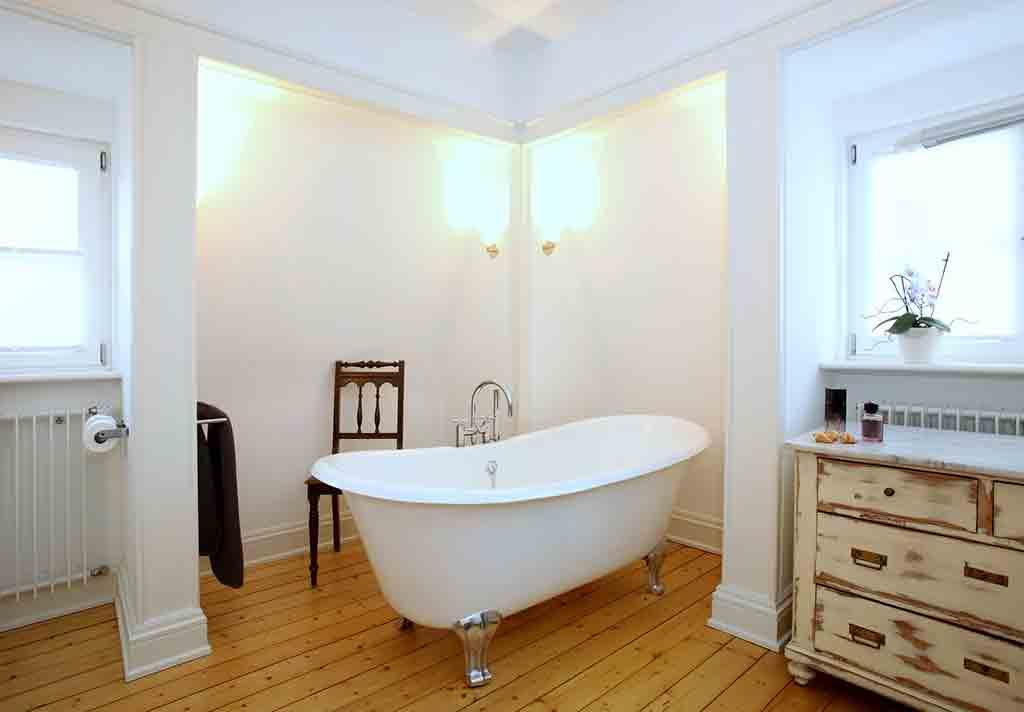 Badezimmer mit freistehender badewanne im landhausstil - Badezimmer landhaus ...