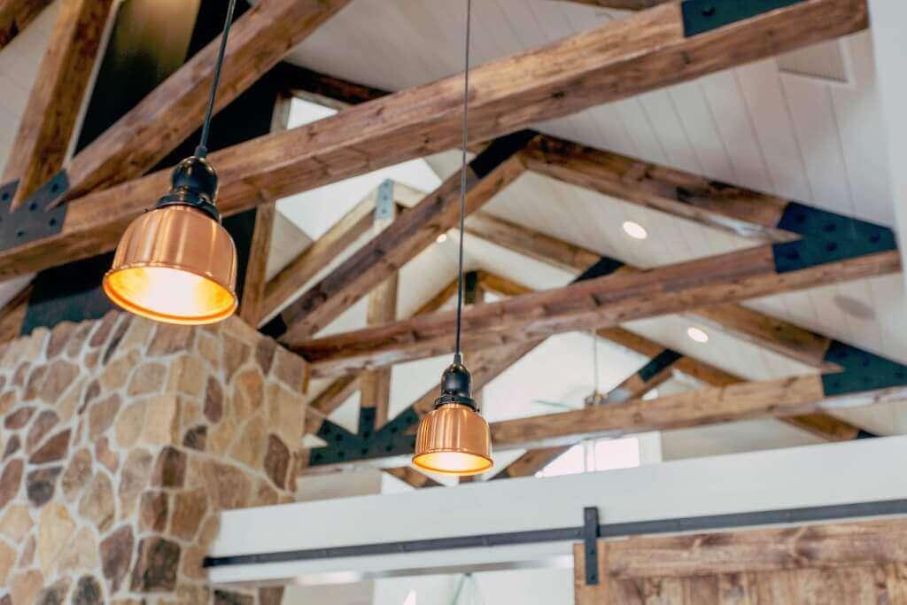 In einem Dachgeschoss mit offenem Dachboden können Lampen an Textilkabeln zum wahren Hingucker werden. Sie bringen nicht nur Licht, sondern mitunter auch Farbe ins Dachgeschoss.