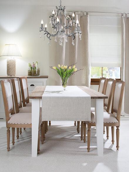 Stühle aus Holz und weisser Landhausstisch mit Kronleuchter