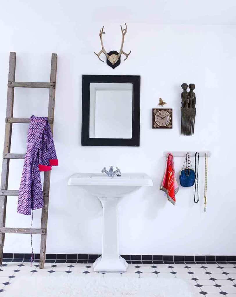 Badezimmer im weißen Landhausstil mit Shabby Vintage Dekoration