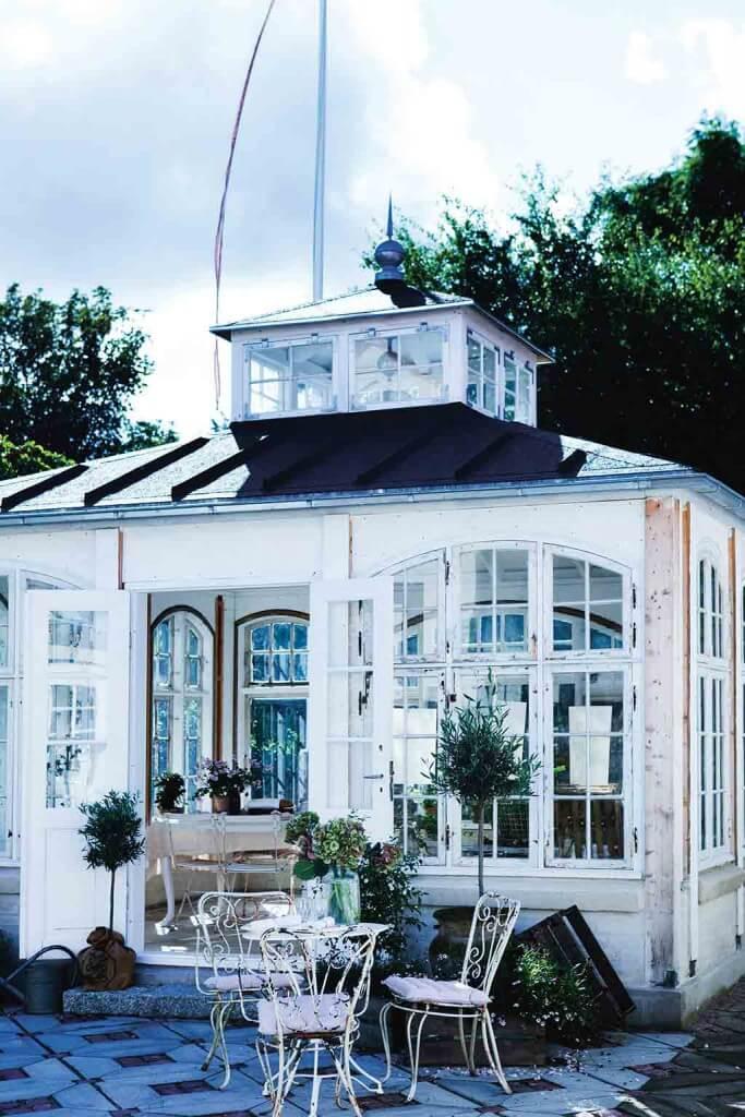 Orangerie als Gartenhaus aus alten Fenstern