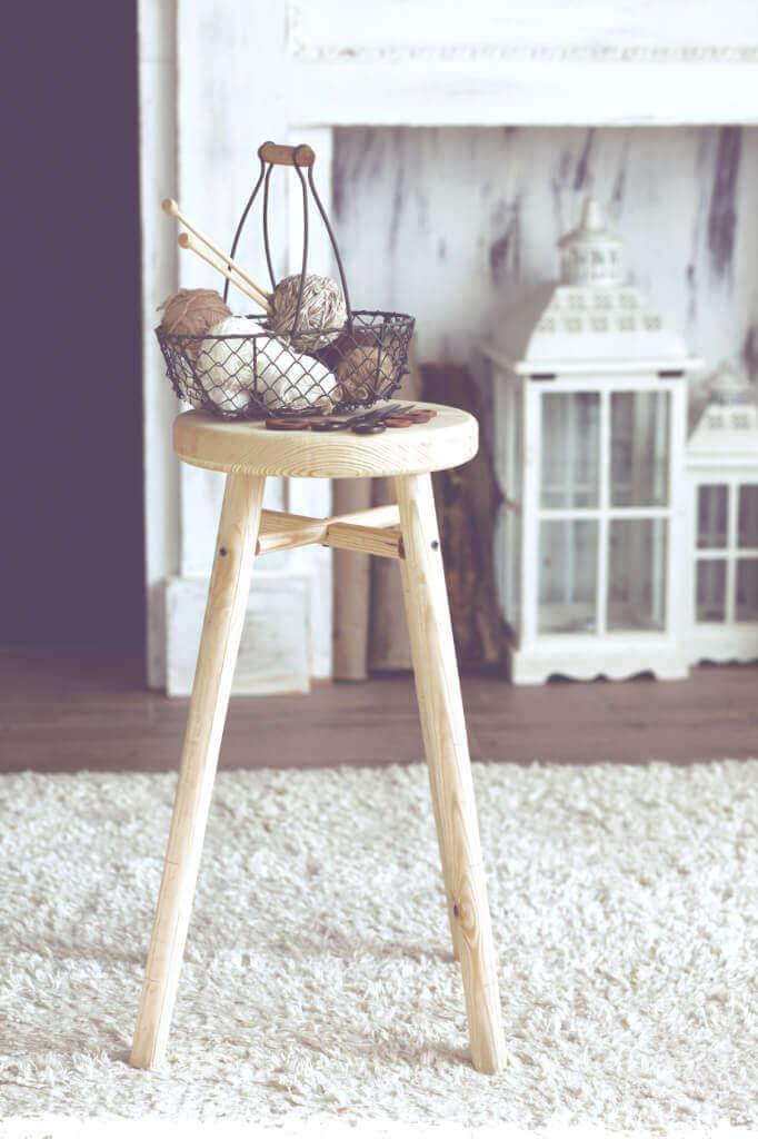 Holztisch im Landhausstil auf weißem Teppich