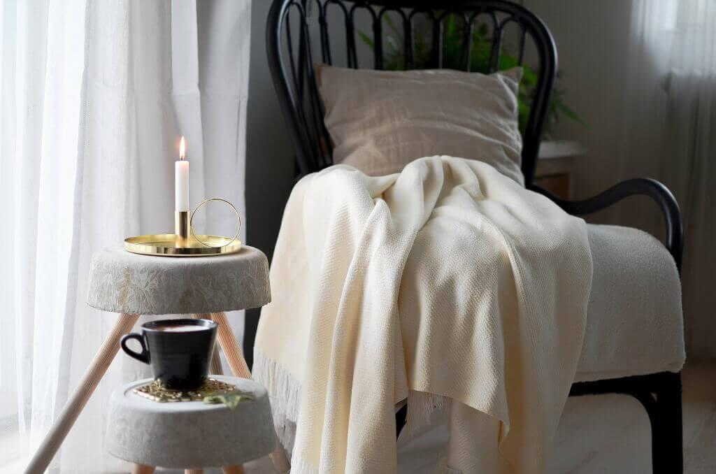 Korbstuhl mit Decke und Beistelltisch im Landhausstil