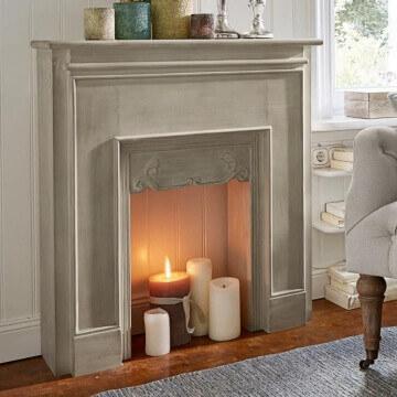Eine Alternative für Mietwohnungen bietet eine Kaminkonsole mit Kerzen © Loberon