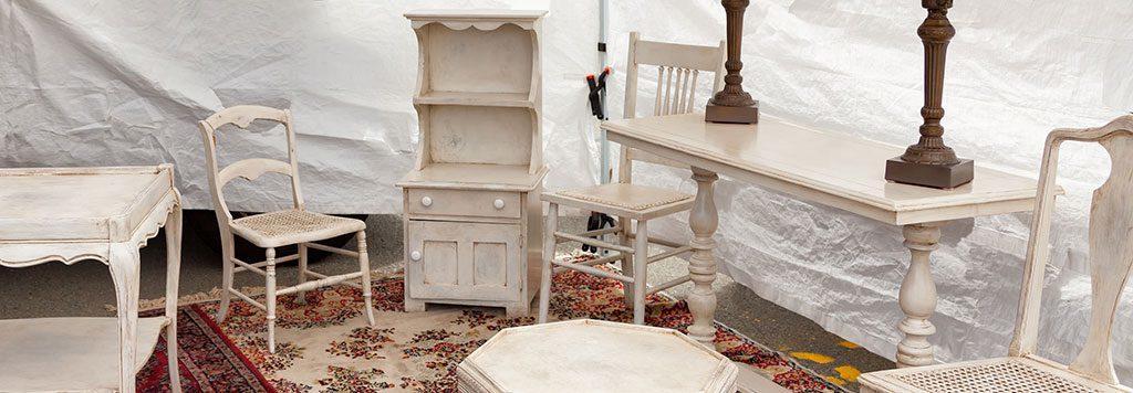 Auf dem Flohmarkt können mit etwas Spürsinn und Glück schöne alte Möbel für Küche oder Esszimmer gefunden werden