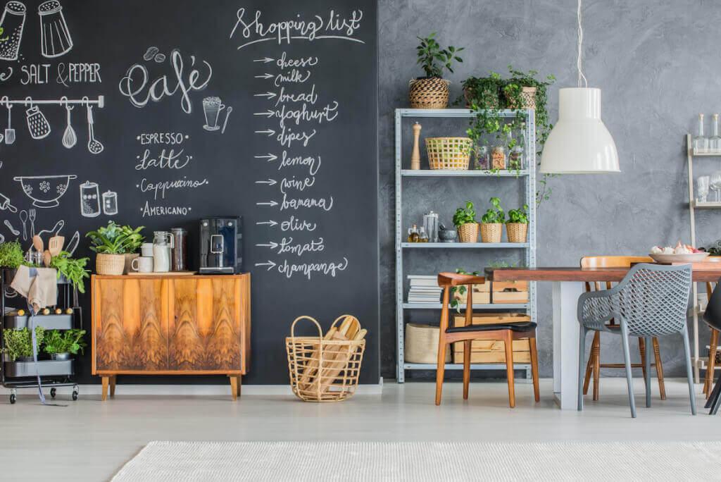 Küche im Industrial Look mit Wandtafel und Hängeleuchte mit Textilkabel