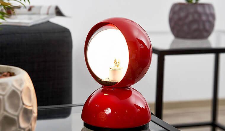 Die rote Tischleuchte Eclisse zählt zu den Masterpieces aus dem Hause Artemide.