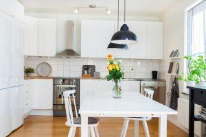 Moderne weiße Küche im Landhausstil