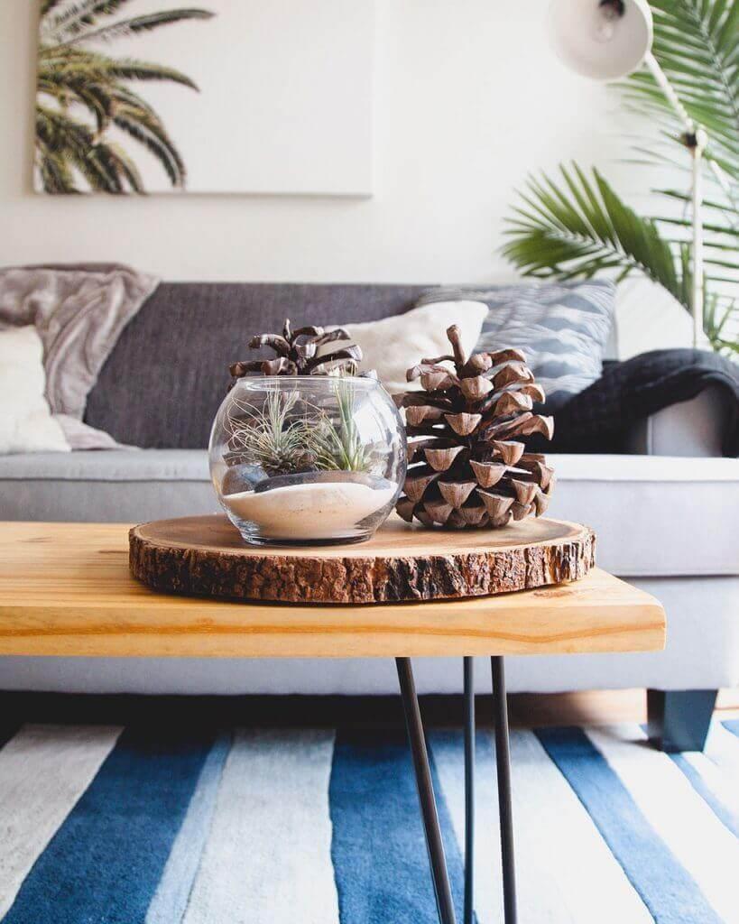Sofa mit Teppich und Holztisch im modernen Landhausstil