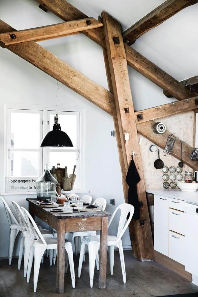Industrie-Charme auch in der Küche: Alte Tolix-Stühe harmonieren prächtig mit dem unbehandelten Esstisch