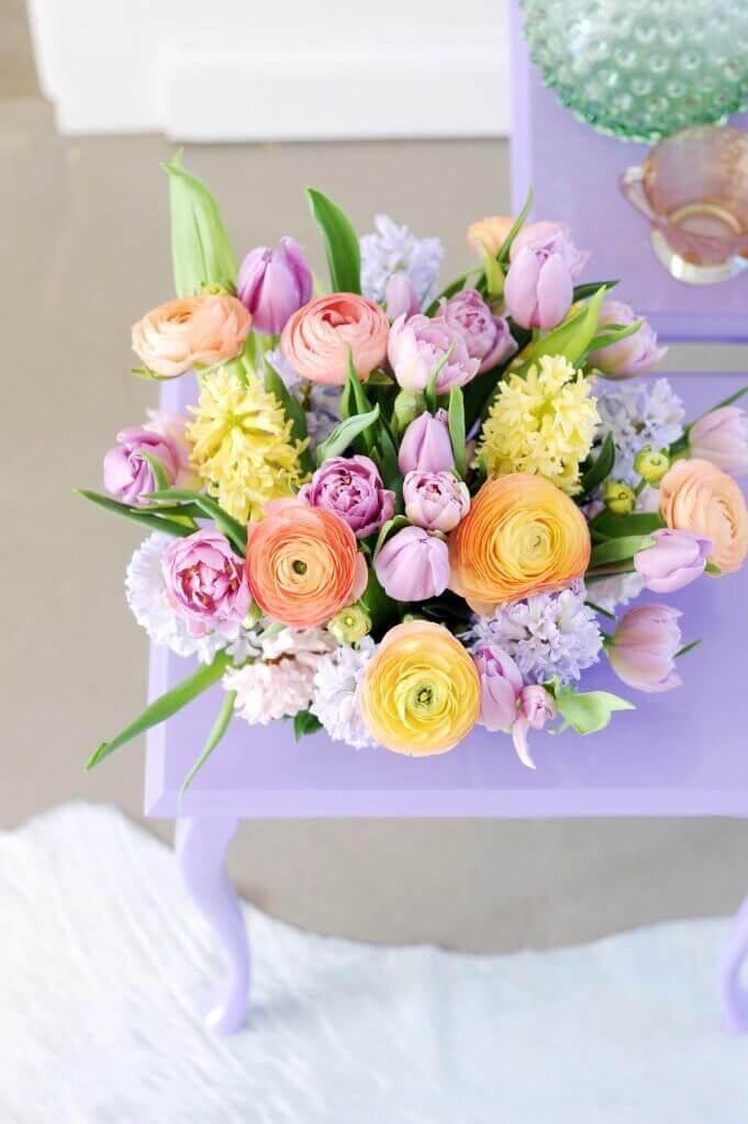 Prima zu pastellfarbigen Tulpen passen auch andere Frühjahrsblüher - wie Hyazinthen oder Ranunkeln. Die unterschiedlichen Formen ihrer Blüten sorgen für Abwechslung im Strauß
