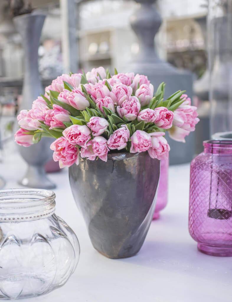Edles Pastell: Tulpen in zartem Rosa passen besonders schön zu Vasen und Töpfen in Grau