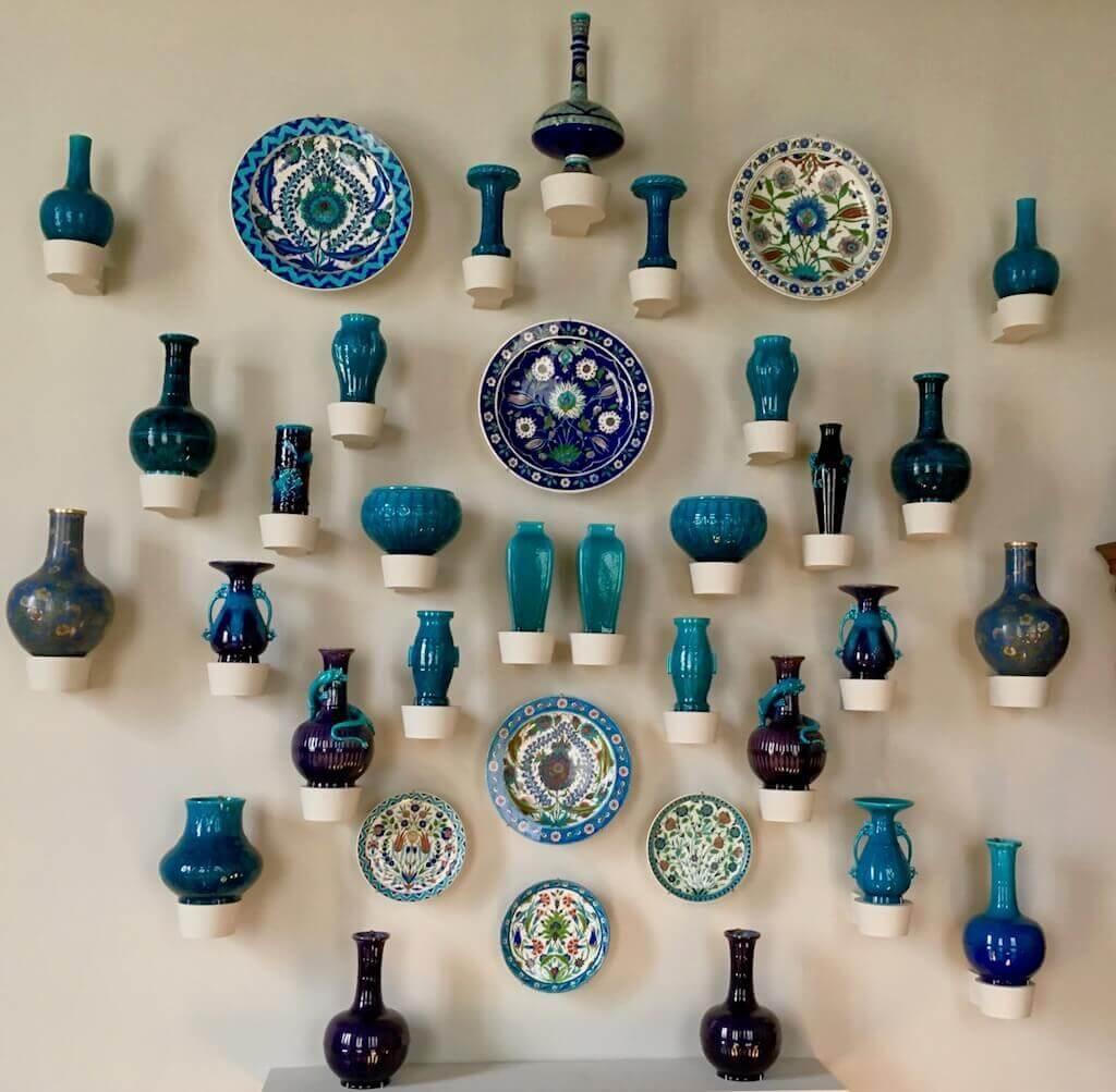 Immer an der Wand lang: Vasen als Wanddekoration im Landhausstil
