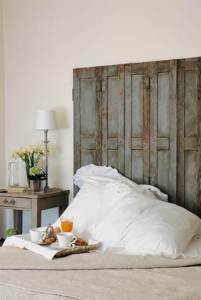 Alte Fensterläden aus Holz werden zum Bett-Kopfteil umfunktioniert