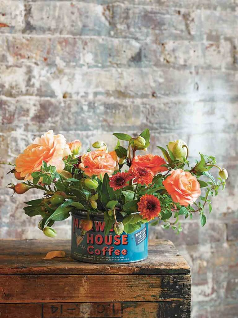 Vintage Flowers: Eine alte Blechdose blüht auf