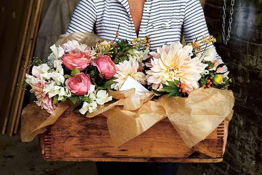 Vintage Flowers: Eine alte Holzkiste wird zum Blumenmeer