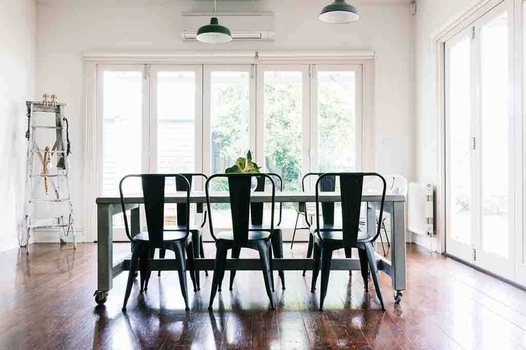Vintage Stühle und Tische im Retrostil