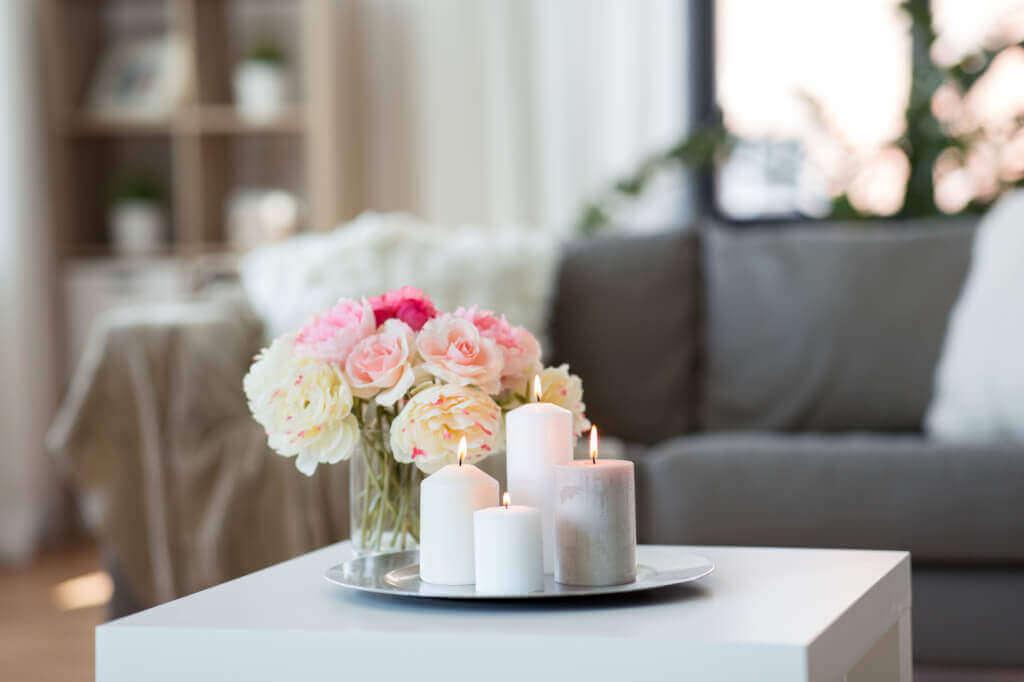wohnzimmer landhausstil mit sofa und kerzen